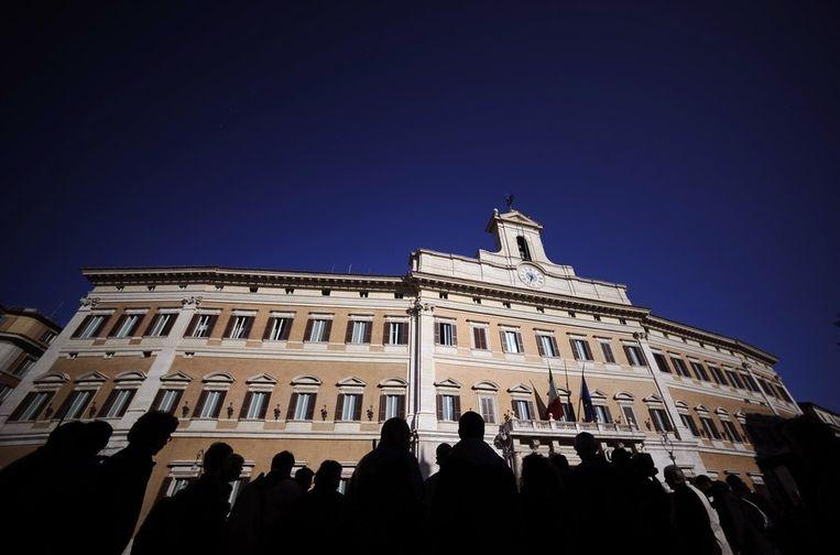 Journalisten wachten vandaag in het centrum van Rome voor de Italiaanse Tweede Kamer op nieuws over Berlusconi. Beeld afp