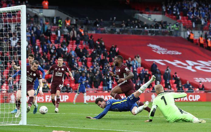 Het bewuste moment in de FA Cup-finale waar Chelsea op gelijke hoogte met Leicester City lijkt te komen, maar het doelpunt wordt later afgekeurd.