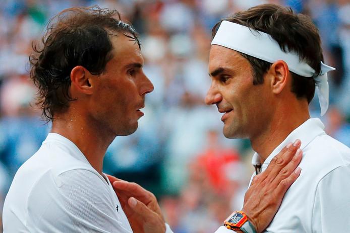 Roger Federer et Rafael nadal se congratulent à l'issue du match qui les opposait à Wimbledon