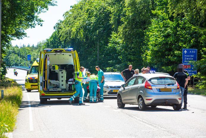 Het ongeluk vond plaats op de Kamperweg. De hulpdiensten bekommeren zich om het slachtoffer en de verkeerssituatie.