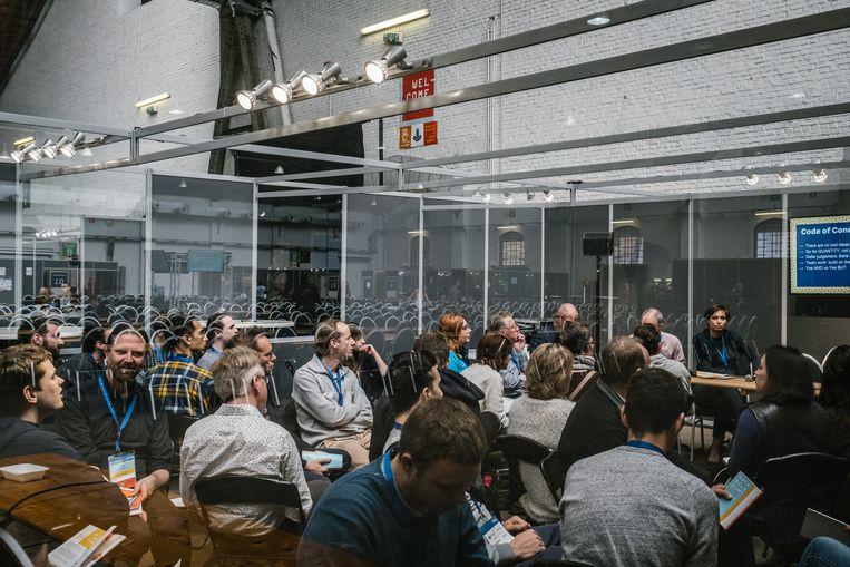 Hackers van Hack Belgium tackelen in kleine groepen verschillende maatschappelijke problemen. Beeld Wouter Van Vooren