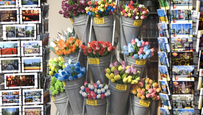 Winkel met souvenirs op het Damrak in Amsterdam