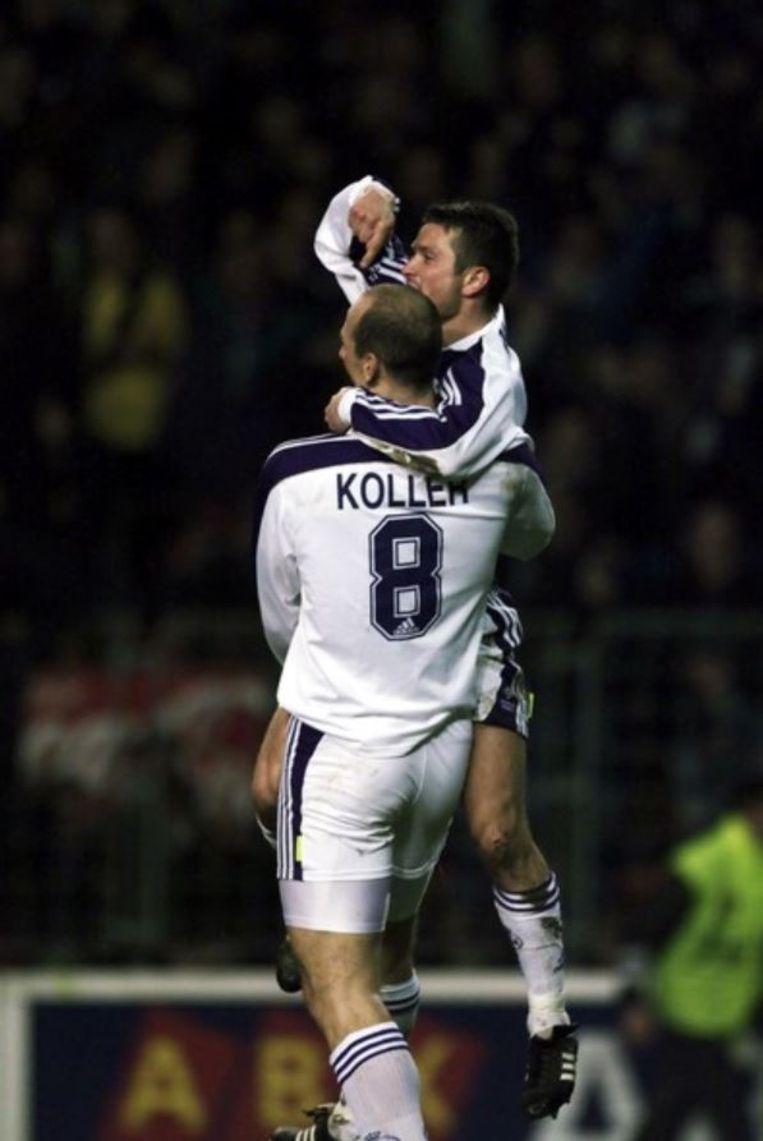 Radzinski springt in de armen van Koller nadat hij de opener voorgeschoteld kreeg.