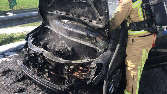De brandweer blust de auto op de A67 bij afrit Liessel