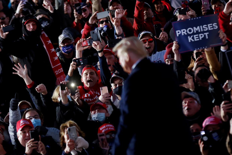President Trump op een verkiezingsbijeenkomst zaterdag in Butler,  Pennsylvania.   Beeld Reuters