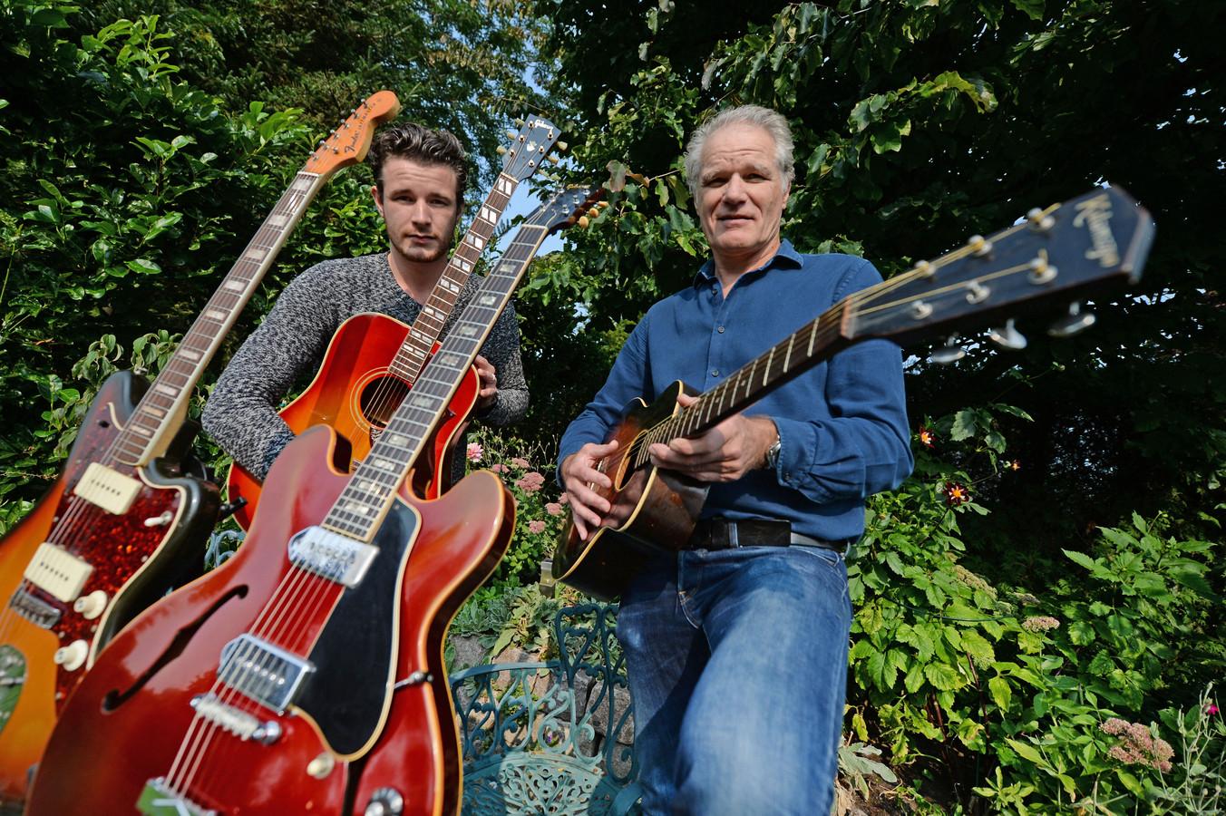 Stefan (links) en Alex Oude Wesselink uit het Overijsselse Geesteren verzamelen vintage gitaren: gitaren met een verhaal.