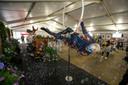 DJ et acrobate en action, mercredi, au centre de vaccination Spoor Oost, à Anvers
