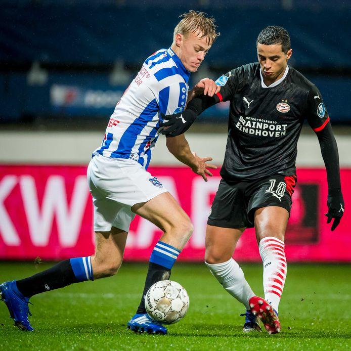 Jan Paul van Hecke duelleert als speler van sc Heerenveen met PSV'er Mohamed Ihattaren.