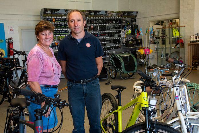 Katy en Elie Haeghens in hun fietsbedrijf.