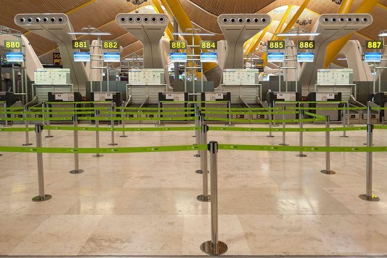 Internationaal getuigen lege luchthavens van de crisis die ook de luchtvaart zwaar raakt. Beeld Photo News