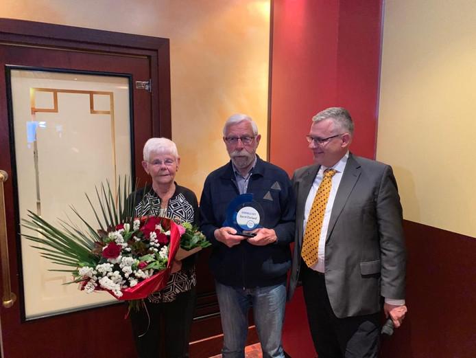 Gerrit Dorland (midden) is benoemd tot Rhedense sportheld. Links zijn vrouw, rechts wethouder Marc Budel.