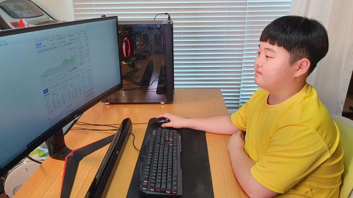 Kwon Joon checkt zijn investeringen op de computer in Zuid-Korea.