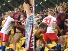 Un défenseur d'Hambourg grimpe dans la tribune pour régler ses compte avec un supporter