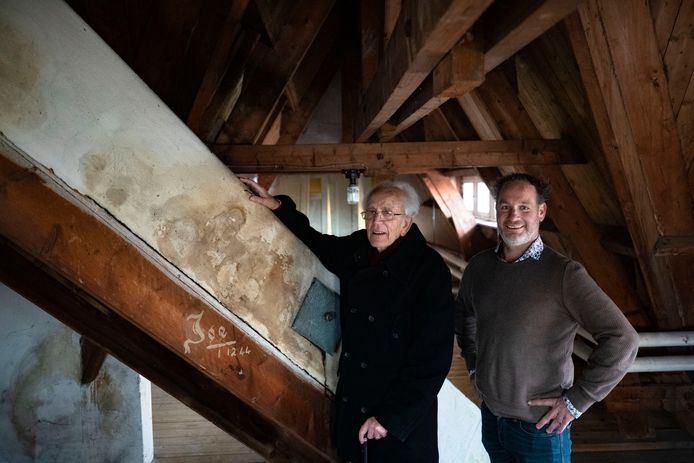Remy Lammers (links) en Bart de Groot op de zolder van de pastorie in Someren-Eind, waar in de oorlog een Betuws molenaarsgezin was ondergebracht.