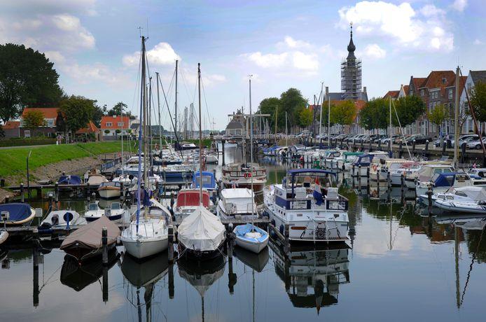 De haven van Veere, met op de achtergrond de Beatrixbrug.