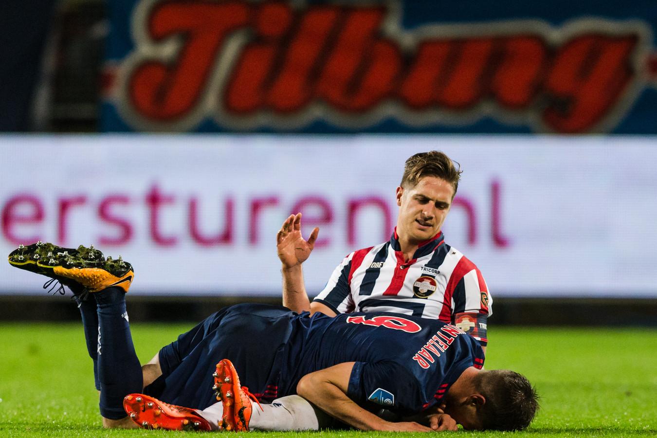 Jordens Peters met Klaas Jan Huntelaar van Ajax. De verdediger werkt naar zijn rentree op de velden toe. Dat zou volgende week maandag moeten gebeuren.