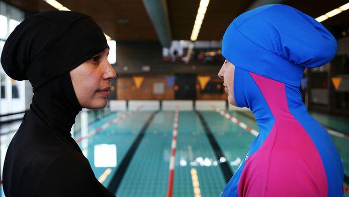 Dames met burqini in het zwembad