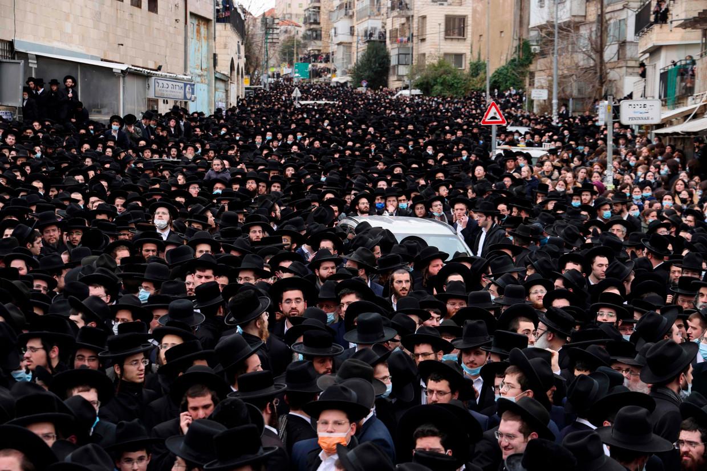 Duizenden ultra-orthodoxe joden lopen zondag mee in de begrafenisstoet van de prominente rabbi Meshulam Dovid Soloveitchik. Beeld AFP