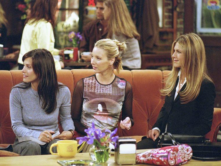 Courtney Cox (Monica), Lisa Kudrow (Phoebe) en Jennifer Aniston (Rachel) in de serie 'Friends'.  Beeld