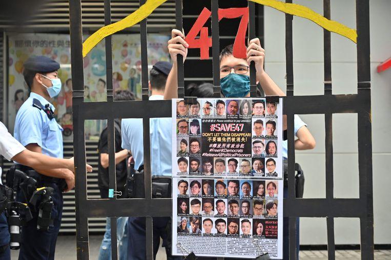 Een demonstrant protesteert tegen de opsluiting van 47 politici uit het pro-democratische kamp die momenteel vastzitten, terwijl een kleine 5.000 inwoners van Hongkong naar de stembus gaan voor een kiescomité. (19/09/21) Beeld AFP
