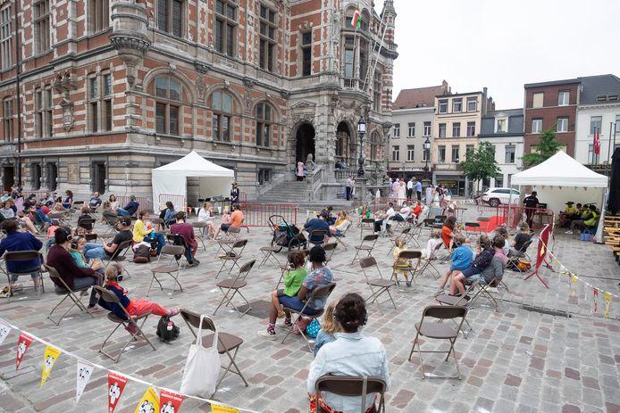 400 luisteraars kwamen dit weekend in verschillende bubbels van 100 mensen luisteren naar de legende van de Reuskens van Borgerhout.