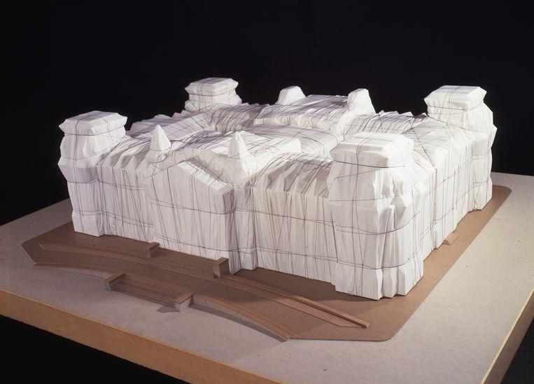 Een maquette van de volledig ingepakte Rijksdag. In juni 1995 werd het gebouw twee weken lang ingewikkeld in een zilverachtige stof. Beeld rv © Christo 1979