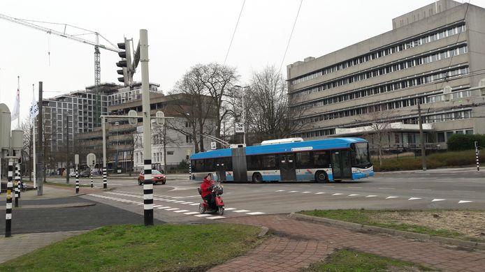 Het voormalig kantoor van Novartis, gezien vanaf de uit- en inrit naar het voormalig Akzo-terrein aan de Velperweg in Arnhem, In de verte High Park in aanbouw.