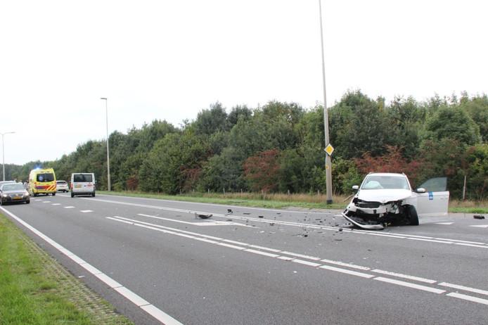 De witte auto die de N332 wilde opdraaien kwam in botsing met de personenauto die op de provinciale weg reed.