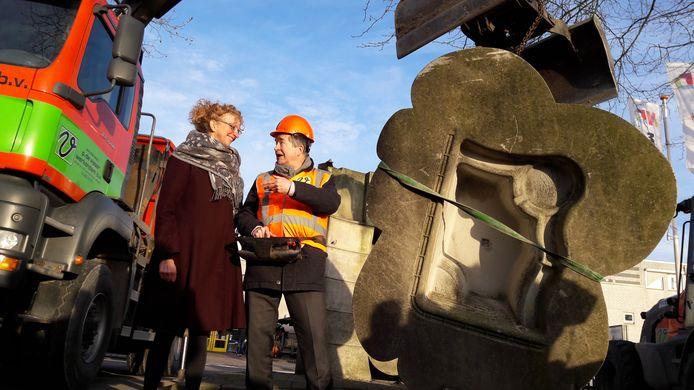 Wethouder Hans Freije in gesprek met kuntenares Elly Veelenturf terwijl hij haar beeld in de takels heeft hangen. Een van de starthandelingen voor de renovatie in februari van dit jaar.