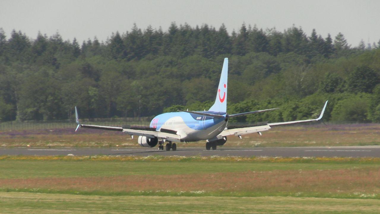 De Boeing met daarin de OranjeLeeuwinnen die deze maandagmiddag landde op Twente Airport.