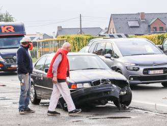 Personenwagen botst met vrachtauto uitzonderlijk vervoer in Elst