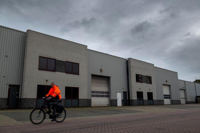 Het pand van het voormalige transportbedrijf in Nieuwleusen staat sinds het faillissement leeg.
