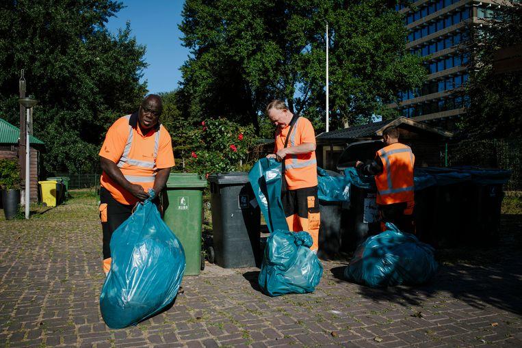 Medewerkers van Pantar maken de parken schoon op een zondagochtend in Nieuw-West. Beeld Marc Driessen