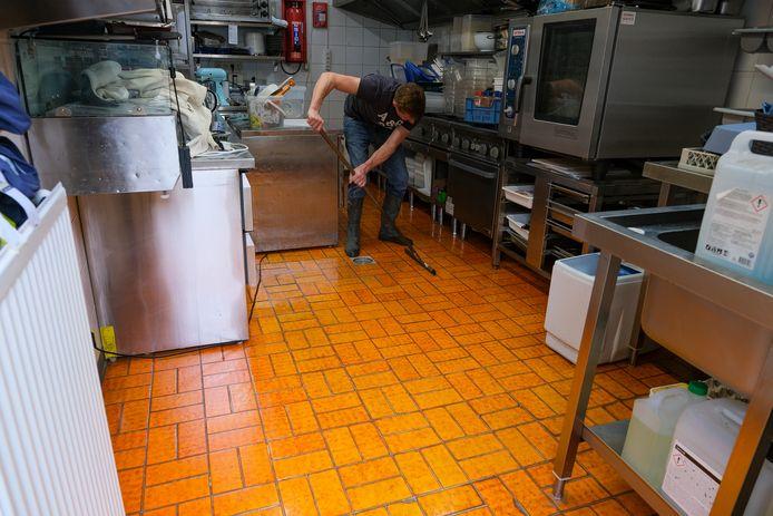 In de keuken wordt nog water weggehaald met een aftrekker.