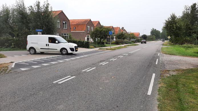 De Langeweg, tussen Nieuw- en Sint Joosland en Arnemuiden. Waterschap Scheldestromen gaat in het najaar van 2021 de snelheid verlagen van 80 naar 60 kilometer per uur om tegemoet te komen aan wensen van bewoners. Die vinden de weg nu onveilig.
