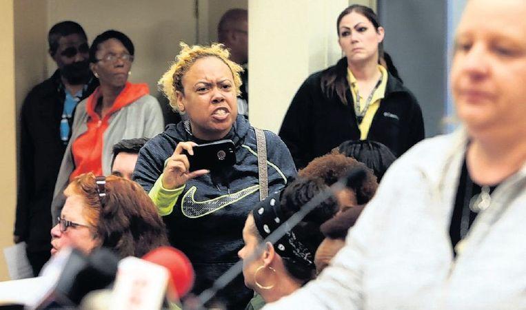 Woede en onbegrip bij een tumultueus verlopen gemeenteraadsvergadering in Ferguson, eergisteren. Beeld ap