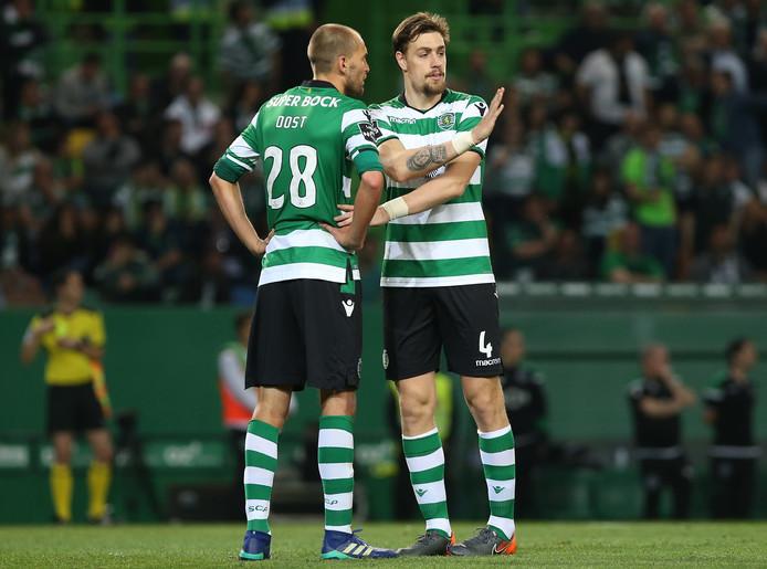 Bas Dost in overleg met zijn Uruguyaanse teamgenoot Sebastian Coates.