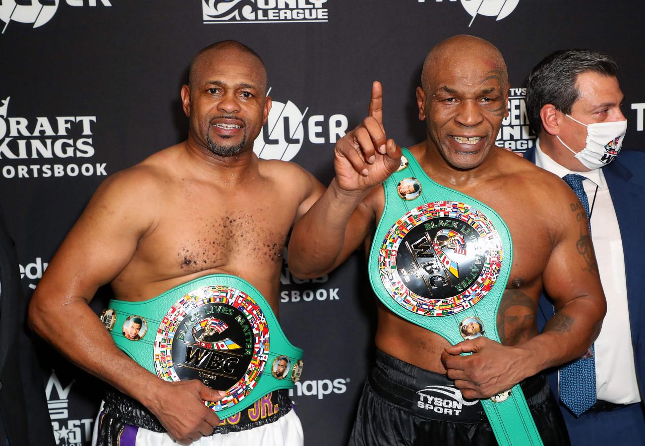Roy Jones Jr. (l) en Mike Tyson na hun gevecht in november.