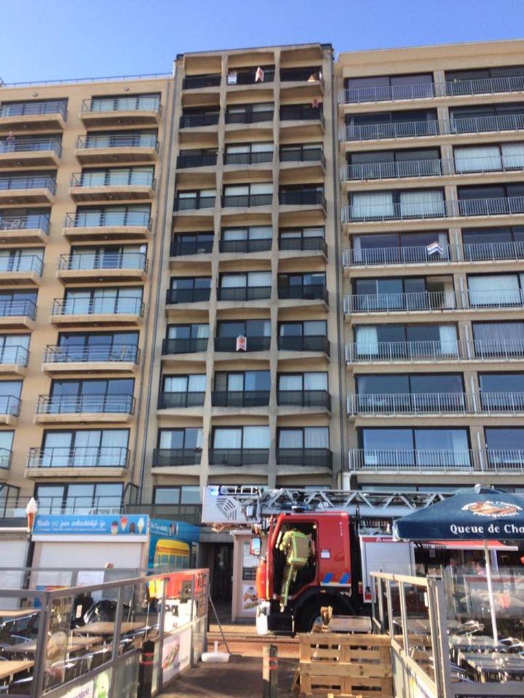 De brandweer aan het flatgebouw