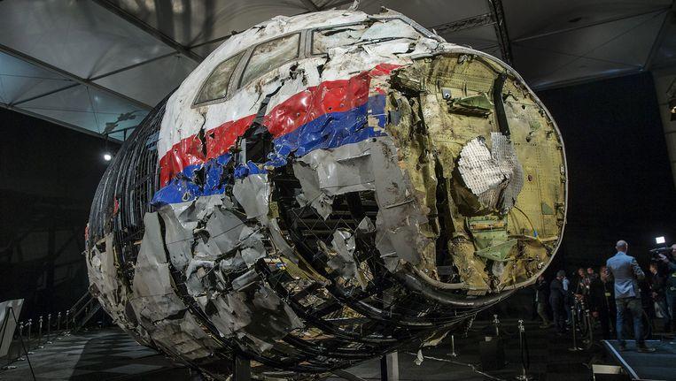 De gehavende romp van vlucht MH17, tentoongesteld tijdens de presentatie van het onderzoeksrapport naar de toedracht van de ramp in oktober 2015 Beeld REUTERS