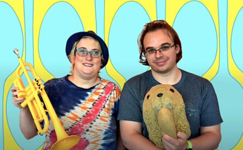 Presentatoren Robyn Steward en Jamie Knight van de podcast 1800 seconds on autism. Beeld BBC