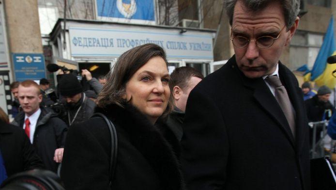 Victoria Nuland (l) en Geoffrey Pyatt eind december 2013.