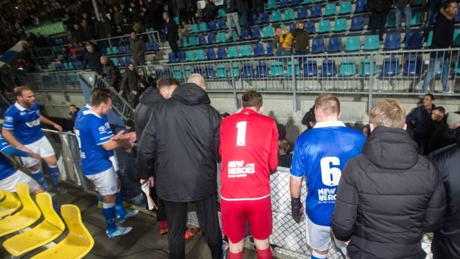 Vlam in de pan na afloop FC Den Bosch - Fortuna Sittard: supporter het veld op