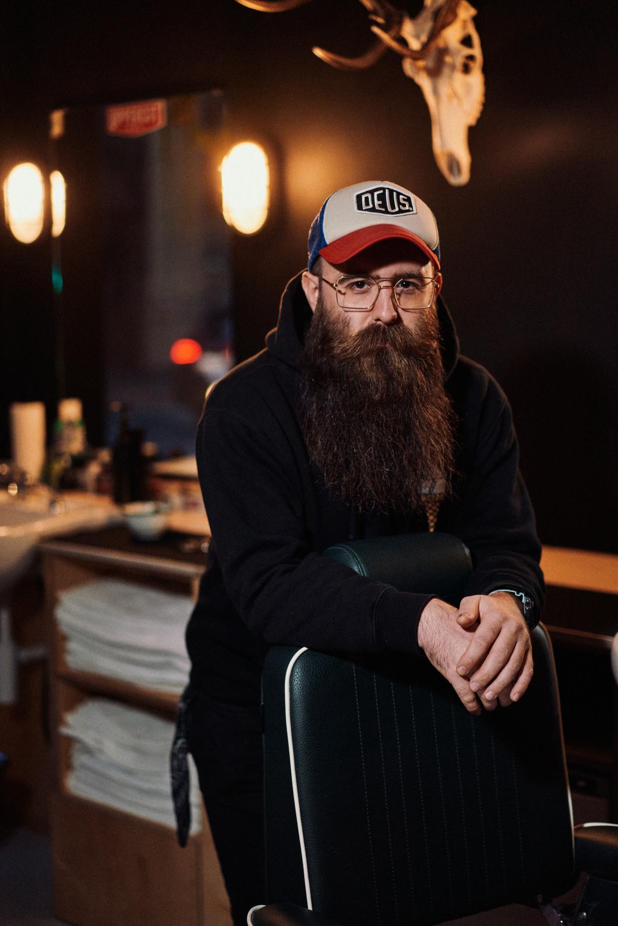 Timothy Liedts, eigenaar van barbier Barabas in Merelbeke, kreeg al oneerbare voorstellen. 'Er werd mij grof geld geboden om toch te knippen' Beeld thomas sweertvaegher
