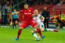 Kevin Volland van Leverkusen houdt de bal af voor Vladislav Ignatjev.
