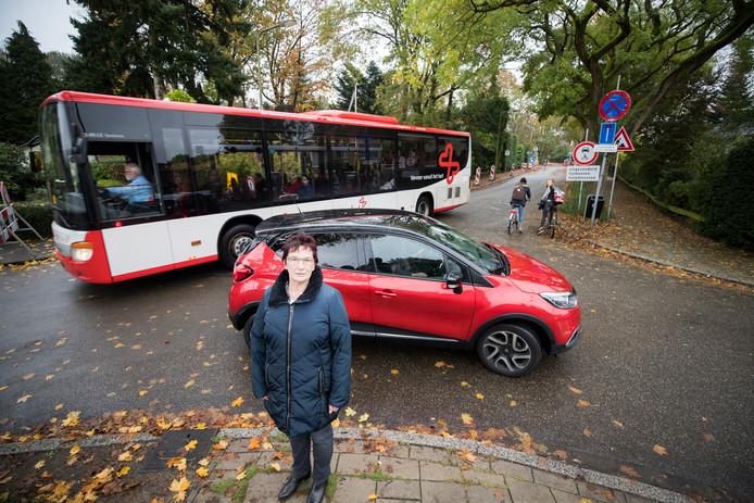 Sietske van der Linden op straat voor haar huis.