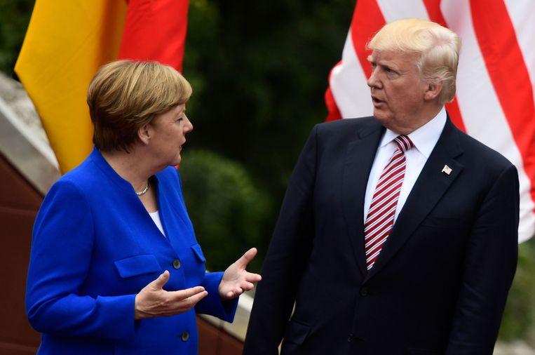 Angela Merkel in gesprek met Donald Trump. Beeld AFP