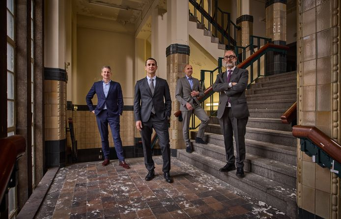 De mannen achter de transformatie van het oude postkantoor op de trappen van het nu nog verlaten gebouw. Vlnr: Stijn van de Sande (Besix), Idan Sade (Omnam), Jan van de Ree (Stadsontwikkeling) en Ascanio Martinotti (Rizzani de Eccher).