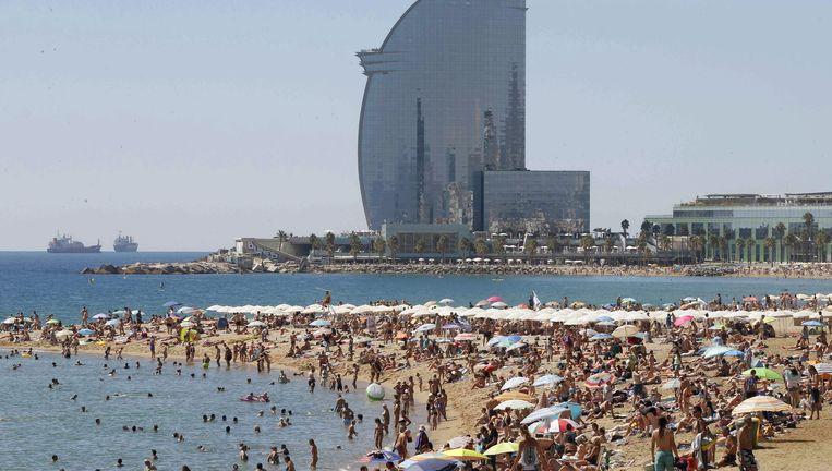 De stranden van Barcelona ontvangen op een zonnige dag duizenden zonnekloppers. Beeld epa