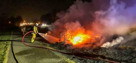Ferme bermbrand bij Elburg: politie sluit deel provinciale weg af